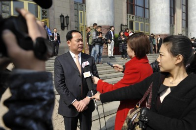 万总在会议期间接受央视等媒体采访-金正大公司董事长万连步出席全